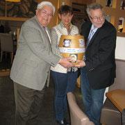 von links: Ehrenvorsitzender Klaus Haas, Kurdirektor i.R., Evelin Hensel und Dr. Hassinger mit Amberger Fassl