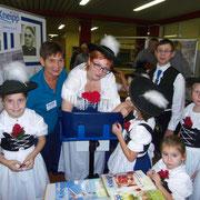 Zu Besuch auch die Vilstaler Kinder-Trachtengruppe mit Leiterin Sandra Haller (Mitte)