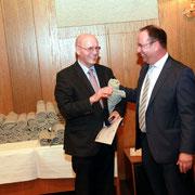 Der KSV ehrt Kreispräsident Lutz Clefsen mit der Ehrenplakette des Kreissportverbandes Rendsburg-Eckernförde