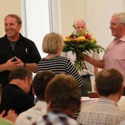 Nach der Bekanntgabe der Wahlergebnisse bedankt sich Roland Werner bei den Mitgliedern für das entgegengebrachte Vertrauen; Karl-Heinz Stengel überreicht Blumen an seine Frau