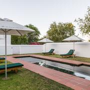 Mit einer Mauer umgebenes rückwärtiges Schwimmbecken