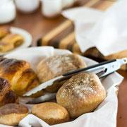 Reichhaltiges Frühstücksbuffet - Detail (Brotkorb)