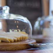 Reichhaltiges Frühstücksbuffet - Detail (Käseplatte)