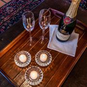 Serviertablett mit Champagner ...
