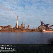 Klöcknerhafen - Dezember 2008 - Links WESER STAHL Länge: 192m; Breite: 32m