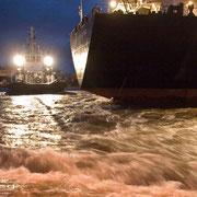 Industriehafen Schleuseneinfahrt - Januar 2011 - 71 Tonnen Pfahlzug des Schleppers WESER hautnah erlebt