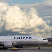 United Boeing 777-200 mit dem amtlichen Kennzeichen N786UA