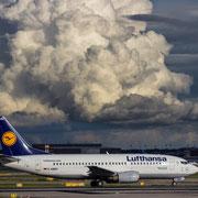 """Lufthansa Boeing 737-300 """"Bad Kissing"""" mit Cumulus im Hintergrund"""