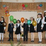 Школу с юбилеем поздравляют ученики начальных классов