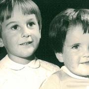 ME AND MY SISTER. HIER IST SIE WAHRSCHEINLICH AUCH ETWA 5 JAHRE ALT - WIE MEIN BLOGGI.