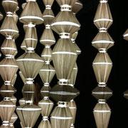 Bewegliche Lichtinstallation fotografiert auf Neue Räume Ausstellung.