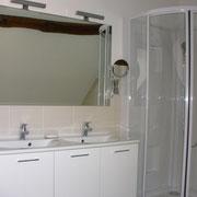 Salle de bains avec double vasque, douche et baignoire