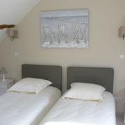 Chambre 2 lits 90/190 avec bonnetière et commode