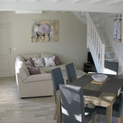 Salon / séjour avec canapé d'angle, télé, table avec rallonge pour 8 personnes