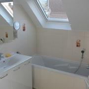 Salle de bains avec baignoire et WC