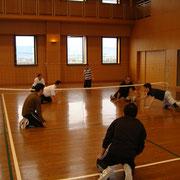 身体の感覚に制限をつけて競う ローリングバレーボール