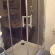 La salle d'eau avec cabine de douche