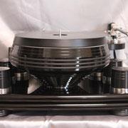 コマのような形状のプラッターが安定回転とレゾナンスの最適化を生み出す。