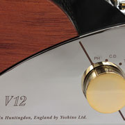 EARのトレードマークとも言えるクローム仕様のフロントフェシアとゴールドノブを採用。
