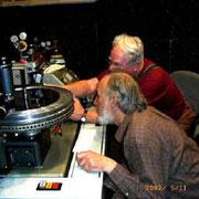 カッティングヘッド&ドライブアンプの調整をするパラヴィチーニとスタン・リッカー氏