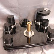 巨大な軸受けが重量級プラッターをオイルフローティングでサポート。