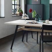 KRAFTWERKTISCH in Massivholz – Ahorn. Für jeden Tisch whlt der Schreiner das passende Holz aus und baut es von Hand zusammen.