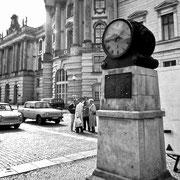 Uhr vor der alten Bibliothek