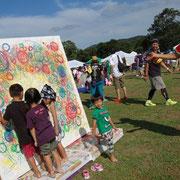 イベントがイベントだけに、盛り上がってる子供たちが早速描き始める。そして横で踊る!