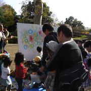 そして、テンションの上がってきた子供達がフライング気味にクレパス片手に描き始める。