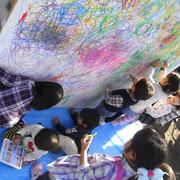 いつもは、お花を描いたり、車を描いたりする子供達も、今日は線をグルグルグルグル