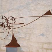BRAINFISH, 2009, kinetische Eisenskulptur in 8 beweglichen Teilen, gebogen/geschweißt, Bewegungsdurchmesser: 230 cm, 90 x 225 x 70 cm