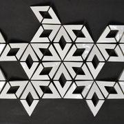 Netzwerk  2018 glasiertes Porzellan auf pigmentierter Holzfaser, 48-teilig  60 x 80 x 6 cm