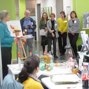 Die Malerinnen hören das Lob für ihre Werke
