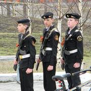 Наши ученики в почётном карауле. Это молодые курсанты из патриотического клуба «Мужество».