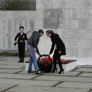 В память о погибших солдатах мы возложили корзину с цветами и живые гвоздики. Вечная им память!