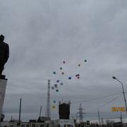 Торжественная линейка «Утро Победы» заканчивается выпусканием в небо голубей, как символа мира и воздушных шаров как праздника и хорошего настроения. Мы все поздравляем друг друга с великой победой и кричим «Ура». У многих взрослых на глаза наворачиваются