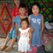drei Mongolenmädchen und ihre Mutter