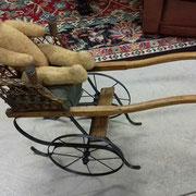 Ancienne petite charrette de poupée en osier et fer