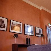 Maroton Lehm-Finishputz Rubinrot an der Wand