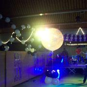 """Von hinten angestrahlter 90 cm großer """"Herzlichen Glückwunsch"""" Heliumballon mit Gewichtung. Preis bei Abholung: € 24,98; Ohne Gewichtung: € 19,98. Detailaufnahme: Siehe unten"""