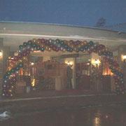 Festliche Ballongirlande aus 11'' Metallicballons zur Weihnachtseröffnung. Preis pro Meter bei Abholung in der Ballonwerkstatt: € 9,98/€15,98 bei Fertigung und Montage vor Ort (Kreisgebiet HS, darüber hinaus aufschlagpflichtig).