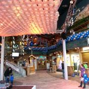Ballonteppich als hängende Traversendekoration zur Unterstützung der Light Jockeys. Größe ca. 70m²/735 Ballons
