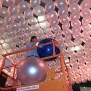 Auch Großdekorationen aus Ballons sollten bestenfalls nur wenige Stunden vor dem Event fertiggestllt sein (je frischer desto schöner) - gleichwohl sind wir in der Lage zuverlässige Aussagen über Haltbarkeiten von Ballondekorationen zu treffen.