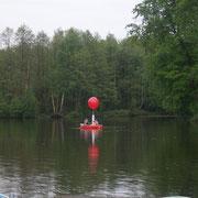 Nachdem der 150 cm Ballon mit Helium befüllt wurde, ruderte man auf den Tüschenbroicher Weiher hinaus, auf dass der Ballon ein Banderrole hochzog, auf der der Antrag an die Angebetete stand. Großartige Aktion!