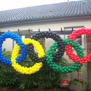 Und die Olympischen Ringe. Jeder Ring besteht aus 200 Ballonen. Ausschnitte aus der Dekoration anläßlich der Olympischen Spiele in London 2012 im JHQ-Rheindahlen Rooms.
