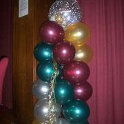 Weihnachssäule als Raumdekorationselement. Den Abschluß bildet ein gefüllter Geschenkballon. € 19,98 bei Abholung in der Ballonwerkstatt Orsbeck.