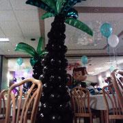 """Hochzeitsdekoration mit Zusatzmotto: Hawaii. """"Just Married"""" - Ballone in türkis, ein irgendwie hawaiianisch aussehendes Brautpaar und Palmen aus über 100 Einzelballonen gefertigt wirkten äußerst stimmungsvoll. Auch das übrigens eine Mit-Mach-Dekoration!"""