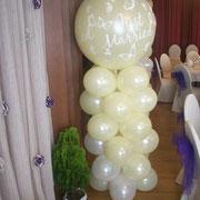 Große Hochzeitssäule als Portalschmuck. Der obere Ballon hat eine Größe von 90 cm und ist von innen beleuchtet (220 V/50Hz Haushaltssteckdose notwendig). Gesdamthöhe ca. 220 cm. € 39,- bei Abholung Ballonwerkstatt Orsbeck.