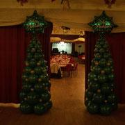 Zwei aus je über 50 Einzelballons hergestellte Weihnachtbäume bilden ein Portal.