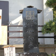 丈六の釈迦如来を示す石柱